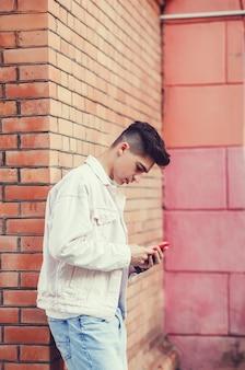 Uomo che texting sul telefono.