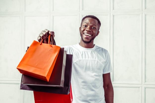 Uomo che tiene i sacchetti della spesa