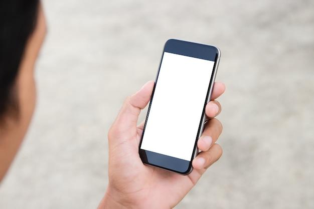 Uomo che tiene il telefono schermo bianco