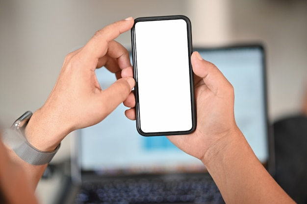 Uomo che tiene smart phone con sfondo sfocato. per il montaggio del display grafico.