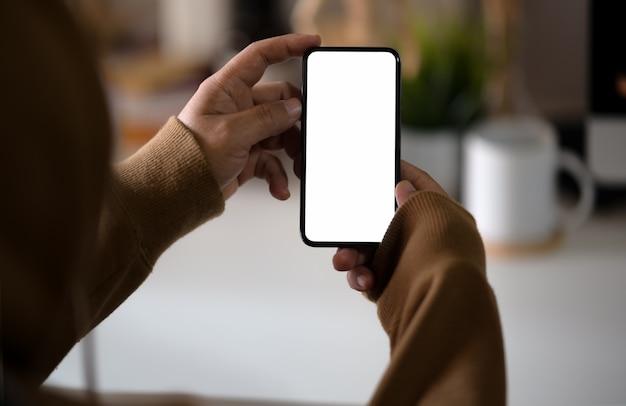Uomo che tiene smartphone mobile schermo vuoto