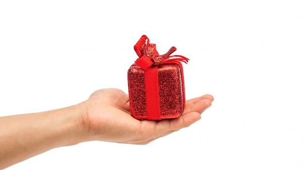 Uomo che tiene un contenitore di regalo rosso