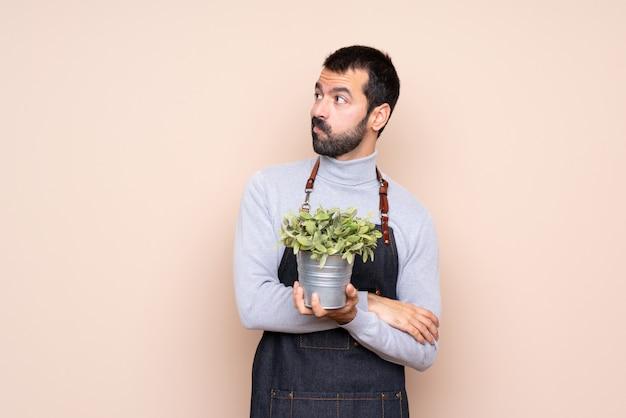 Uomo che tiene un ritratto di pianta
