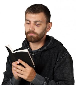 Uomo che tiene una bibbia