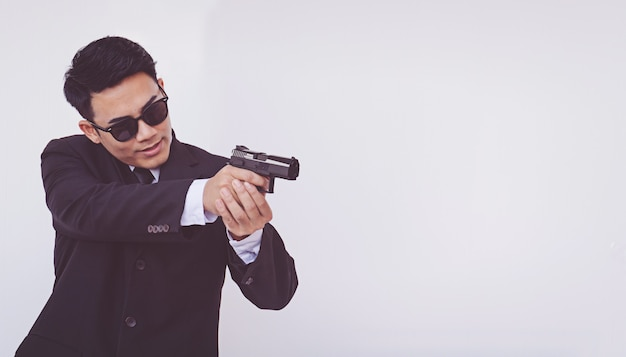 Uomo che tiene una pistola, uomo intelligente