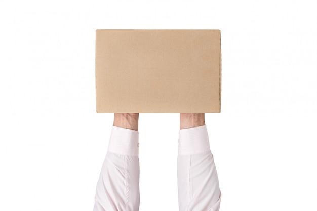 Uomo che tiene una scatola di cartone rettangolare. vista dall'alto