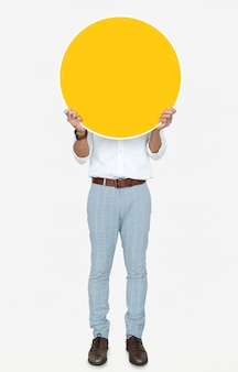 Uomo che tiene una tavola rotonda gialla