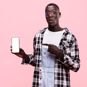 Uomo che tiene uno smartphone