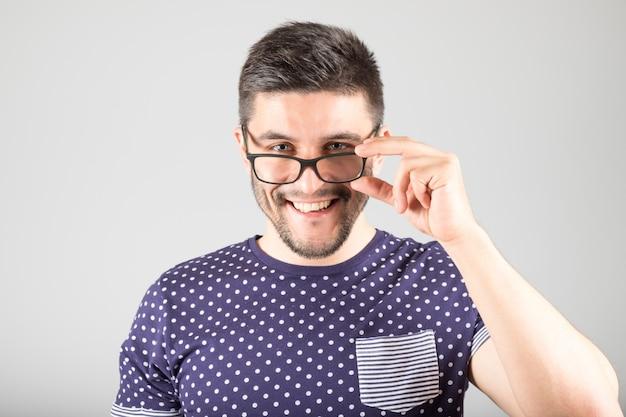 Uomo che tocca i suoi occhiali