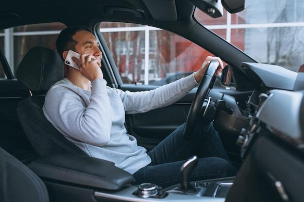 Uomo che usa il telefono durante la guida