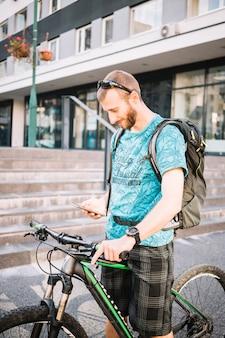 Uomo che usa la bici