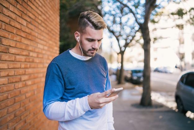 Uomo che usando il suo telefono cellulare.