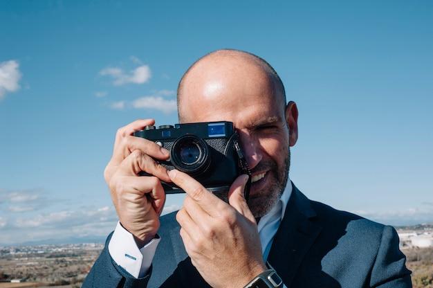 Uomo che usando la macchina fotografica