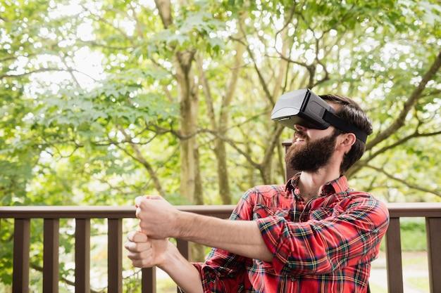 Uomo che usando le cuffie da realtà virtuale