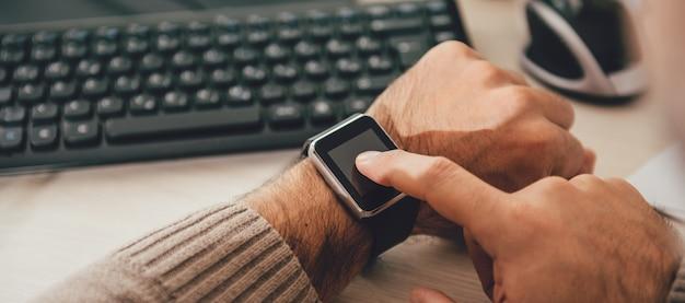 Uomo che usando orologio intelligente