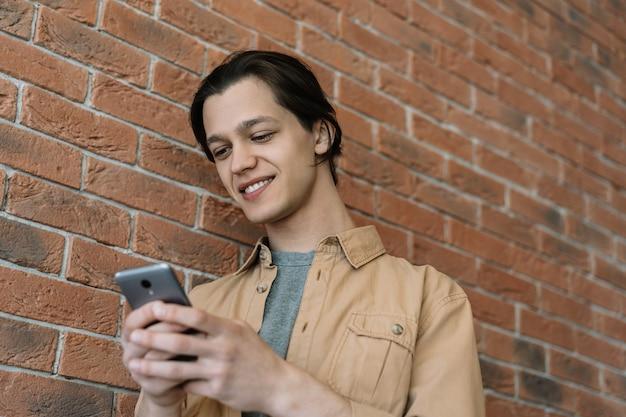 Uomo che utilizza il telefono cellulare, leggere notizie, guardare film