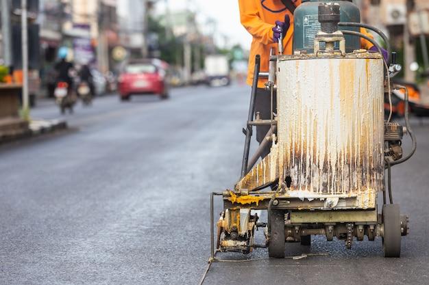 Uomo che utilizza la macchina per creare strisce di traffico sulla strada