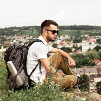 Uomo che viaggia da solo riposo