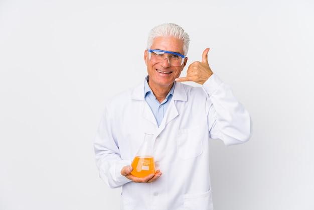 Uomo chimico maturo isolato mostrando un gesto di chiamata di telefono cellulare con le dita.