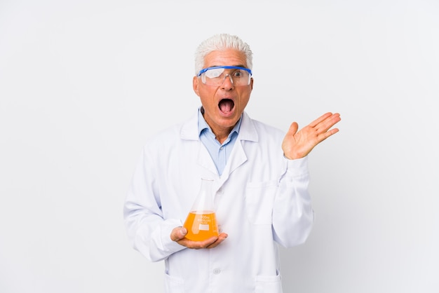Uomo chimico maturo isolato sorpreso e colpito.