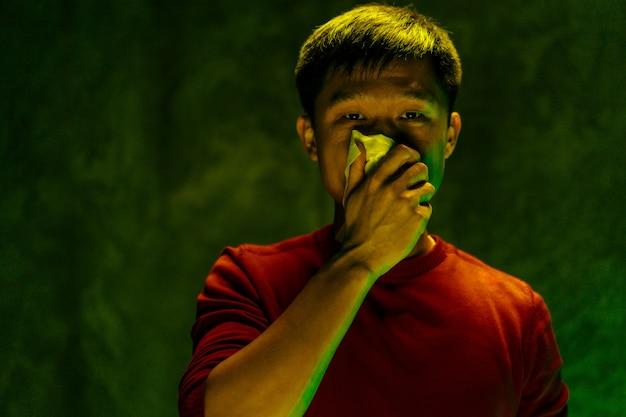 Uomo cinese che copre la bocca e la tosse. concetto di epidemia di coronavirus
