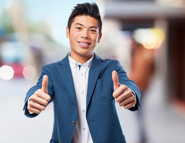 Uomo cinese doppio gesto giusto