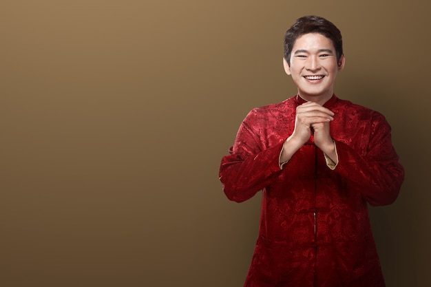 Uomo cinese vestito di cheongsam