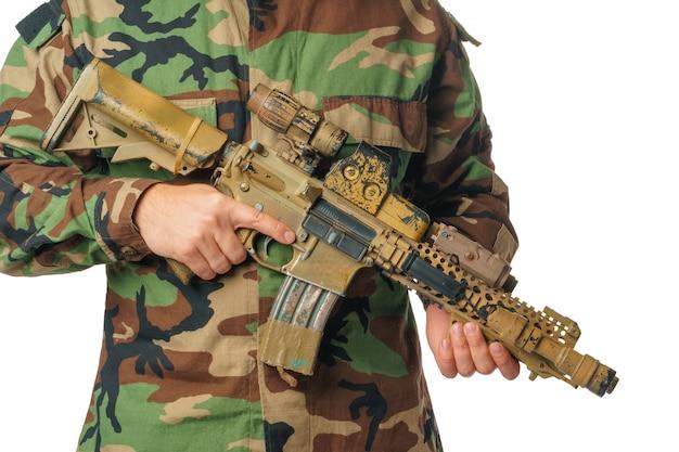 Uomo con abbigliamento softair e fucile ad aria compressa