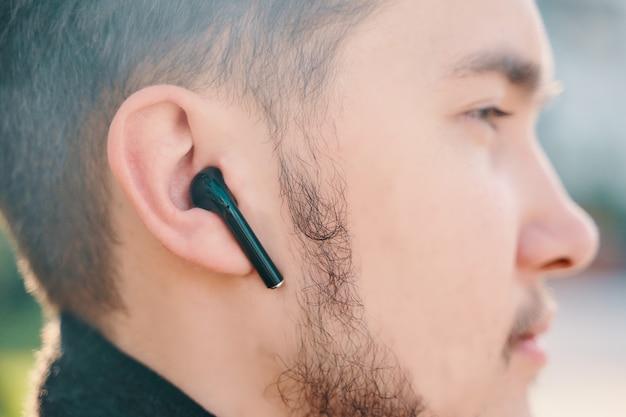 Uomo con airpods