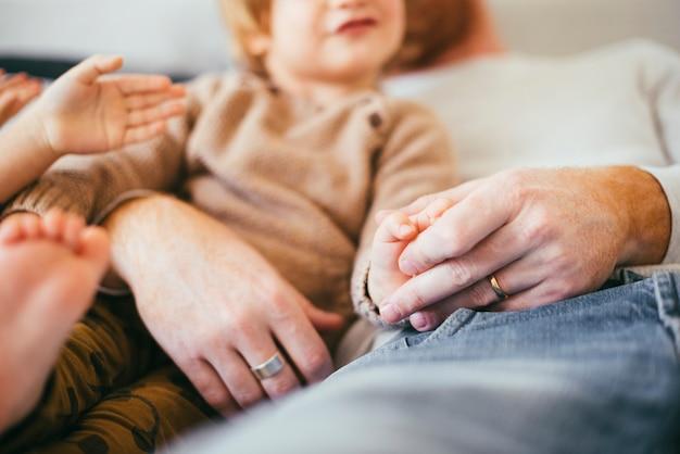 Uomo con bambini piccoli a riposo
