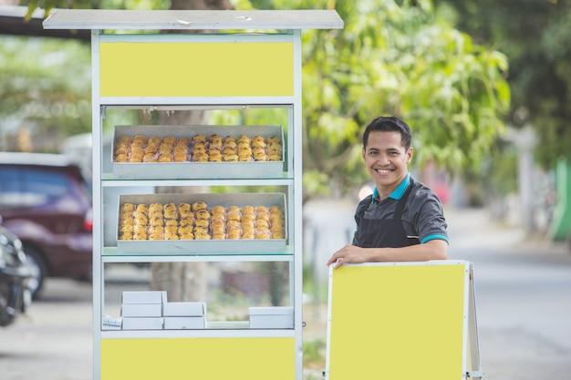 Uomo con bancarella di cibo per piccole imprese