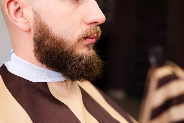 Uomo con bellissimo primo piano barba