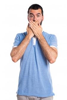 Uomo con camicia blu che copre la bocca