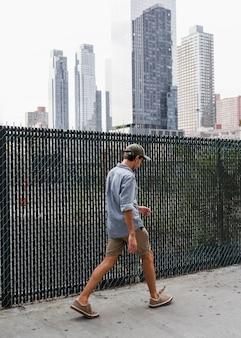 Uomo con camicia che parte da qualche parte in città