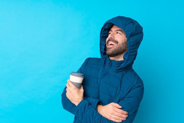 Uomo con cappotto di neve