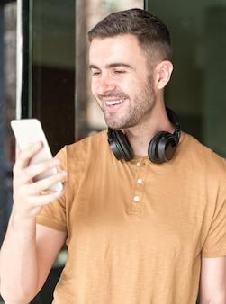 Uomo con cellulare e cuffie