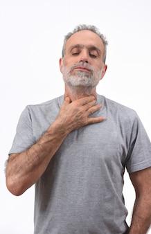 Uomo con collo su sfondo bianco