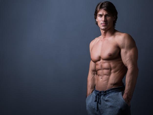Uomo con corpo muscoloso