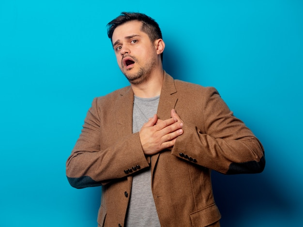 Uomo con cuore di malattia