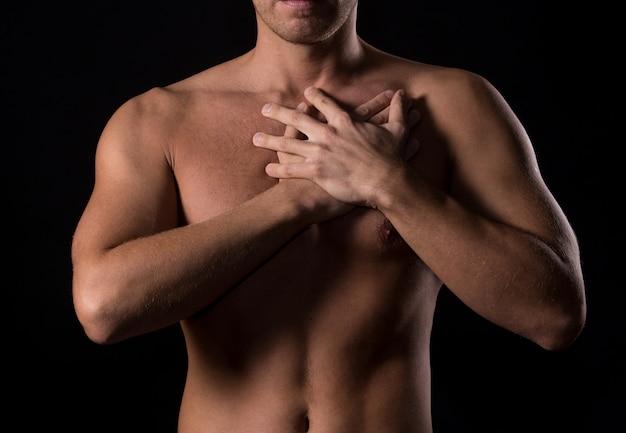 Uomo con dolore al petto