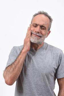 Uomo con dolore sulla frantumazione su fondo bianco