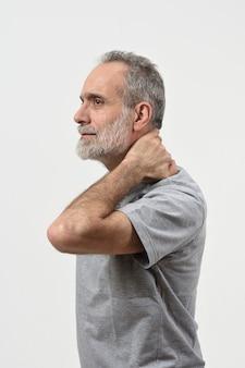 Uomo con dolore sulla nuca su bianco