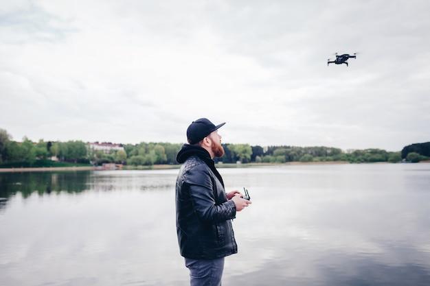 Uomo con drone con fotocamera