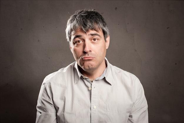 Uomo con espressione triste