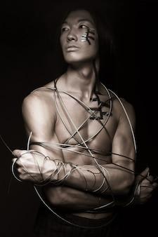 Uomo con filo di acciaio