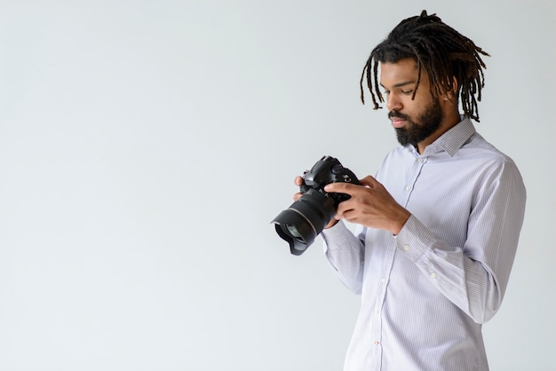 Uomo con fotocamera e copia-spazio