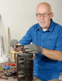 Uomo con generatore antico per l'auto