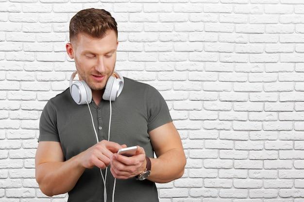 Uomo con gli auricolari che ascoltano la musica