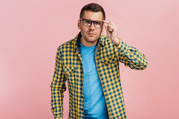 Uomo con gli occhiali che sembra curioso