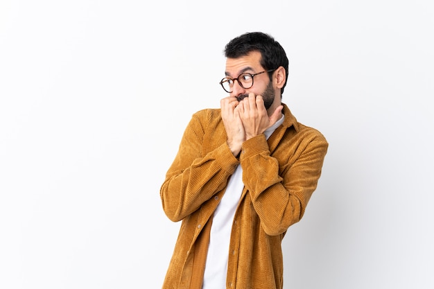 Uomo con gli occhiali e camicia gialla